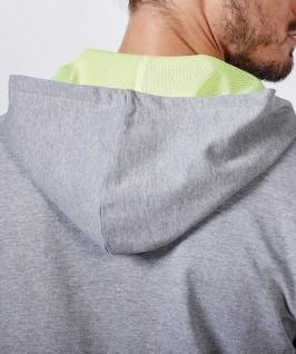 Detalle capucha con color contrastado en tejido poliéster