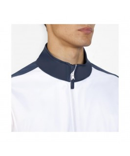 Detalle cuello alto con cremallera y protector